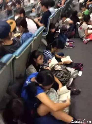 两张照片引发巨大争论,日本就是素质高,中国就是演戏?