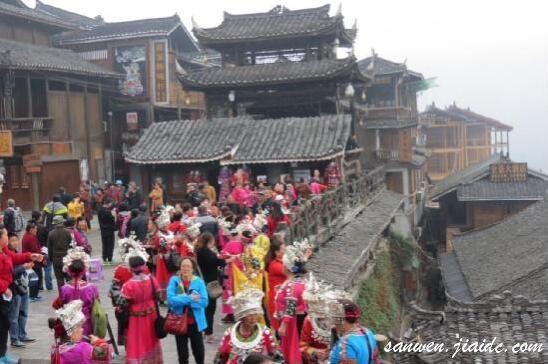 在贵州各个景区随处可见女人们抢着穿苗族服饰留影