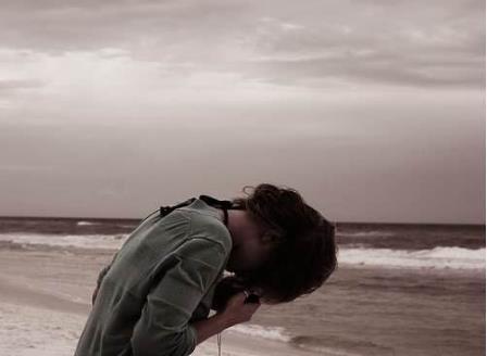 只是我回首来时的每一步都觉得好孤独。